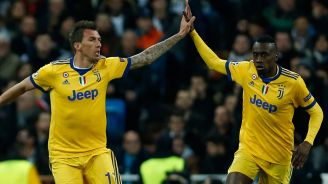Mandzukic y Matuidi chocan las manos tras un gol de Juventus