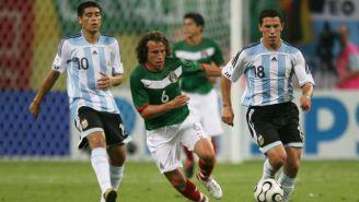 Rodríguez conduce una pelota en el Mundial de 2006