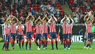 Jugadores de Chivas aplauden a su afición tras pasar a la Final