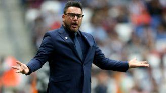 Mohamed dirige a Rayados durante el encuentro contra Pumas