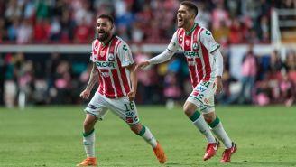 Luis Gallegos y Ventura Alvarado festejan la obtención de la Copa MX frente a Toluca