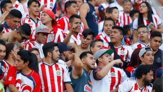Aficionados de Chivas alientan a su equipo desde la grada