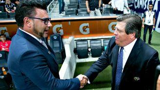 Mohamed y Piojo Herrera se saludan previo al choque en el A207