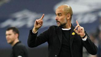 Pep Guardiola da indicaciones a sus jugadores