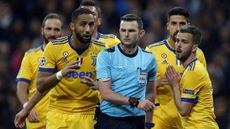 Árbitro Michael Oliver rodeado de jugadores de la Juventus