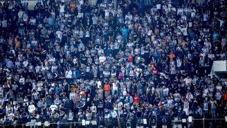 Afición de Monterrey invade el Estadio Azteca
