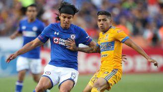 Gerardo Flores pelea por el balón contra Aquino