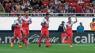 Jugadores de Veracruz celebran un gol frente a Chivas