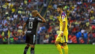 Guido Rodríguez frente a Carlos Sánchez en el Estadio Azteca