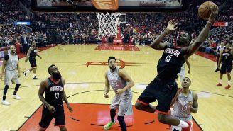 Clint Capela suma puntos para los Houston Rockets