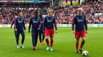 Jugadores del Ajax previo al partido con el PSV