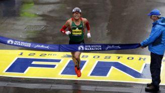 Yuki Kawauchi cruza la meta del Maratón de Boston
