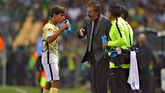 La Volpe da indicaciones a Diego durante un juego