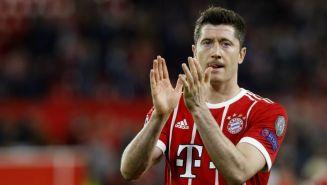 Robert Lewandowski, aplaude en un juego del Bayern Munich