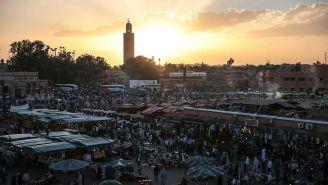 Atardecer en una de las plazas principales de Marruecos