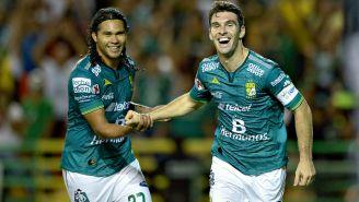 Gullit Peña y Mauro Boselli durante un partido con León