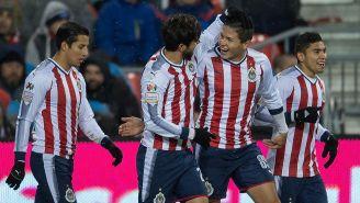 Jugadores de Chivas festejan un gol contra Toronto
