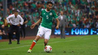 Diego Reyes conduce el balón en el césped del Estadio Azteca