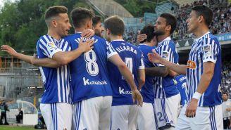 Jugadores de la Real Sociedad celebran el primer gol frente al Atleti