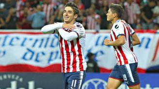 Brizuela festeja un gol con las Chivas