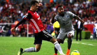 Rafa Márquez disputa el balón frente a Dorlan Pabón