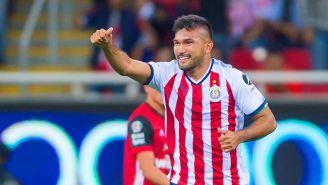 Hedgardo Marín festeja un gol con Chivas