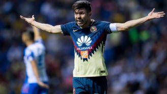 Oribe Peralta reclama una falta en el juego contra Puebla