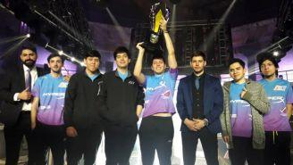 Jirall, levantando la copa de la LLN junto a sus compañeros de equipo