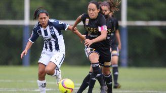 Diana Evangelista y Liliana Mercado pelean un balón en un Clásico regio