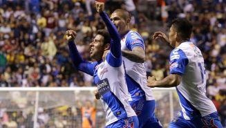 Jugadores del Puebla celebran gol contra América