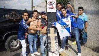 Aficionados de Puebla posan con un ataúd para despedir a Lobos