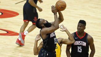 James Harden lanza el balón en el juego contra Utah Jazz
