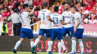 Julián Velázquez festeja con sus compañeros su gol vs Veracruz