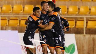 Martin Zuñiga festeja un gol con Alebrijes