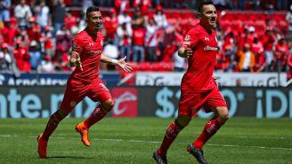 Fernando Uribe y Antonio Ríos festejan gol con Toluca