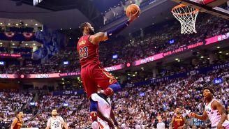 LeBron James intenta un tiro en el partido contra Raptors