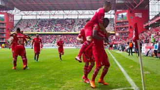 Jugadores celebran una anotación contra Morelia