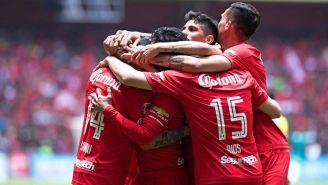 Jugadores de Toluca festejan un gol en la cancha