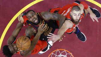 LeBron James y OG Anunoby en disputa del balón