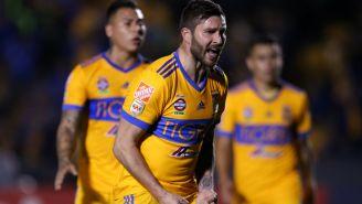 Gignac alienta a Tigres durante un duelo de la Liga MX