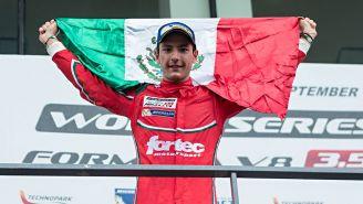 Alfonso Celis Jr. celebra un triunfo alzando la bandera de México