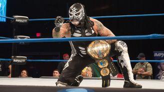 Pentagón Jr. posa con el título Mundial de Impact Wrestling