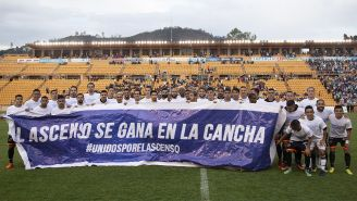 Jugadores de Alebrijes y Cafetaleros protestan con una manta