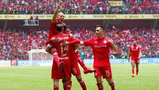 Jugadores rojos felicitan a Sambueza tras un gol