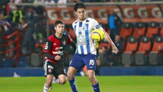 Erick Gutiérrez controla el balón en juego entre Tuzos y Atlas