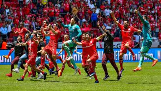 Jugadores de Toluca celebran una anotación de Fernando Uribe