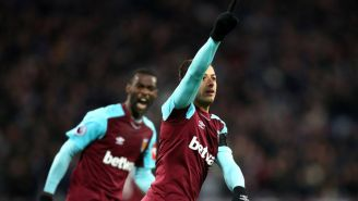 Chicharito celebra una anotación con el West Ham