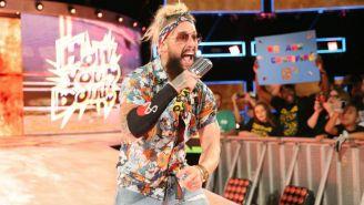 Amore toma micrófono y habla en WWE