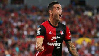 Milton Caraglio festeja un gol con Atlas