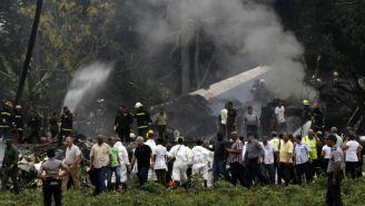 Al fondo de la imagen se ve el avión que se estrelló en Cuba